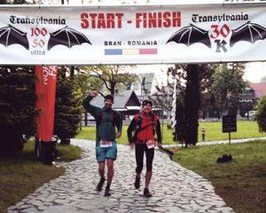 Jens Meyer (rechts) beim Zieleinlauf des Transylvania One Hundred