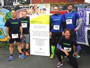 Auch so kann Lauftraining aussehen: Gemeinsam unterstützen sich Läufer von Lauffieber Dortmund beim Wettkampf. / Foto Privat